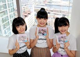 デビューシングルをPRする江口紗耶(中央)、山崎夢羽(左)、岡村美波=神戸新聞社