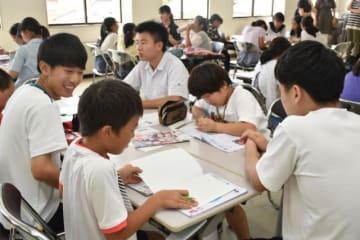 夏休みの宿題を一緒に解くことで交流を深めた、中高生と小学生