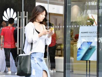 5Gスマホの販売を始めたファーウェイの販売店=16日、北京(共同)