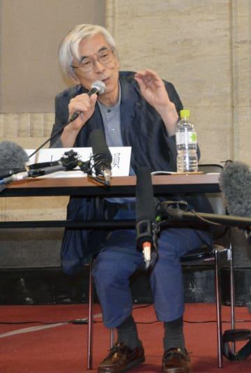 検証委の初会合後に記者会見する、座長の山梨俊夫国立国際美術館長=16日午後、愛知県庁