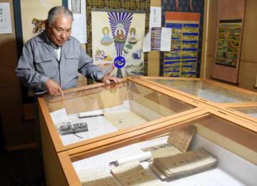 私設博物館を開いて桂茂吉の功績を紹介している功さん