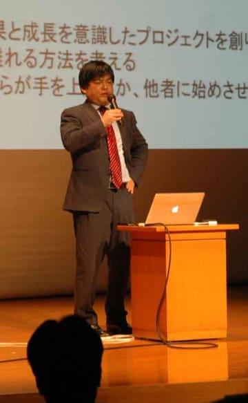 熱のこもった講演をする瀧本哲史京都大客員准教授(2012年、京都市左京区・京大時計台記念館)