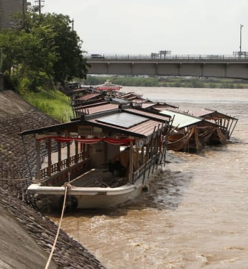 台風10号の影響で増水した長良川と鵜飼い観覧船。複数が流された=16日午後2時ごろ、岐阜市