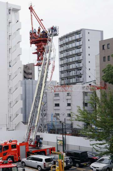 高所作業用のクレーンが折れ、作業していた男性が挟まれた建設現場=16日正午ごろ、名古屋市中区
