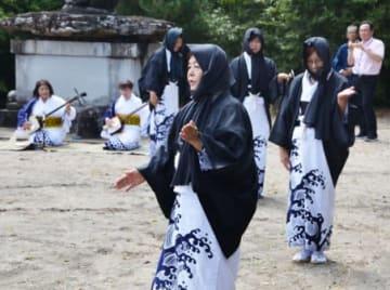 独特の装束で踊る女性ら=薩摩川内市久見崎町