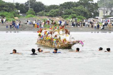 「オショロ船」を沖まで引く少年たち=三戸海岸