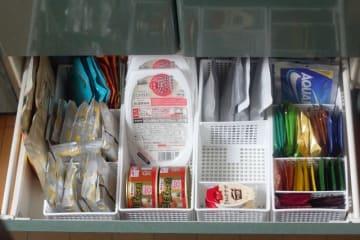冷蔵庫以外の常温保存できる食品。備蓄のポイントは「賞味期限切れにならない収納法」と「普段から食べ慣れているものを備蓄」の2点です。