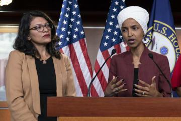 米ワシントンの連邦議会で記者会見するタリーブ下院議員(左)とオマル下院議員=7月(AP=共同)