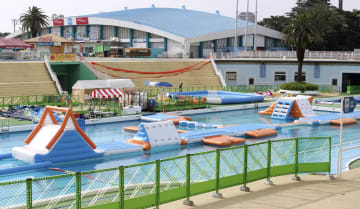 遊園地「としまえん」の子ども向けプール「ふわふわウォーターランド」=16日午後、東京都練馬区