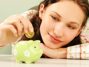 貧困女子からの脱出には、3本柱で考える必要があります。「収入UPを目指す」「貯蓄で体力をつける」「投資で増やす」の3つです。どんな順番で考えていけばいいか、ご紹介しましょう。