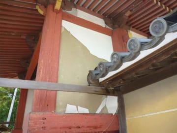 台風10号の影響で剥がれ落ちた豊満神社四脚門のしっくい壁(滋賀県教育委員会提供)
