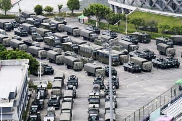 中国広東省深センの競技場に集結している軍用車両=16日(共同)