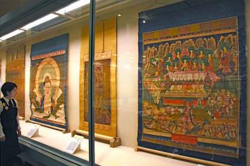 お盆にちなんで極楽や地獄を描いた絵画が並ぶ会場(大津市御陵町・市歴史博物館)