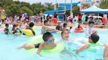 台風一過の夏空の下、家族連れらでにぎわった宮崎市フェニックス自然動物園の「流れるプール」=16日午後