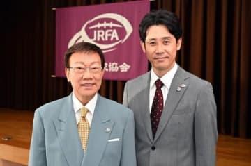 連続ドラマ「ノーサイド・ゲーム」に出演する橋幸夫さん(左)と主演の大泉洋さん (C)TBS
