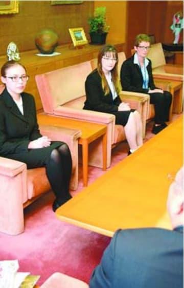後藤田副知事にあいさつする(左から)バティグさん、ヨコムさん、ペータスさん=県庁