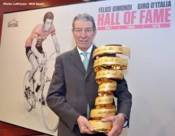 ジロで3回勝ったジモンディは2013年に殿堂入りし、螺旋形のトロフィーを受賞した