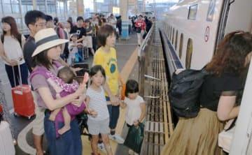 始発の新幹線自由席が満席になり、JR広島駅の新幹線ホームで次発列車を待つ乗客=16日午前5時52分(撮影・大川万優)