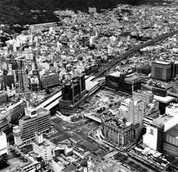 ターミナルビルの建設で機能的な駅に変わる国鉄(JR)三ノ宮駅。ポートアイランドへのアクセス、新交通システムの整備工事も進み都心の風格を見せるはじめた三宮界わい=1980(昭和55)年9月9日、神戸市生田区(中央区)加納町上空