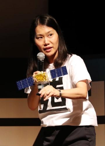 人工衛星の模型を手に、JAXAの仕事について説明する松尾尚子さん=鳥栖市民文化会館