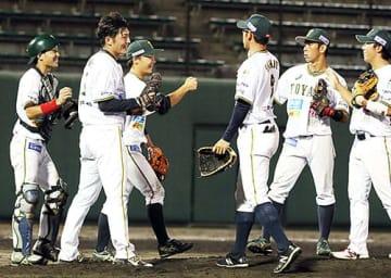 滋賀に終盤迫られたものの8-6で逃げ切り、試合終了後に喜ぶ富山の選手たち=高岡西部