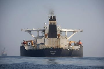 英領ジブラルタルで、拿捕されたイランの大型タンカー=15日(AP=共同)