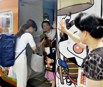 JR松山駅で手を振って別れを惜しむ家族=16日午前、松山市南江戸1丁目
