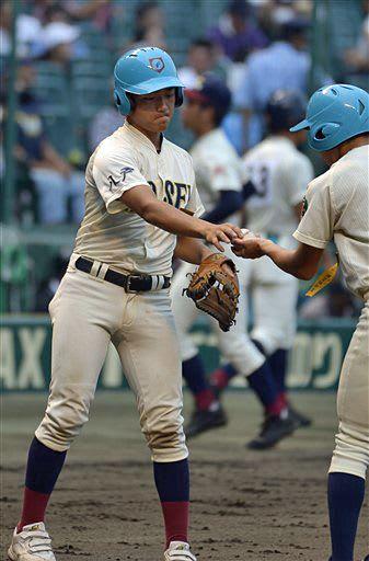 ボールボーイとしてグラウンドに立つ百澤選手=16日、阪神甲子園球場
