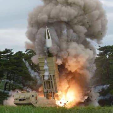 17日付の労働新聞が掲載した「新兵器」の試射の写真(コリアメディア提供・共同)