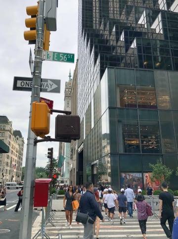 米ニューヨークのトランプタワー(右)付近を歩く観光客ら=16日(共同)