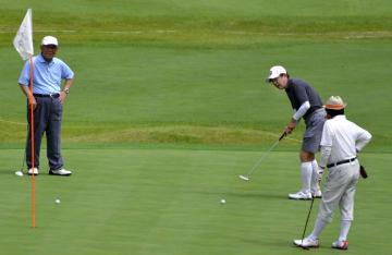 ゴルフを楽しむ安倍首相(右から2人目)ら=17日午前、山梨県富士河口湖町