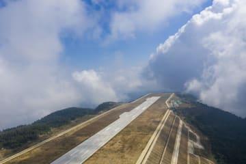 長江三峡の「雲の中の空港」が開港 重慶市