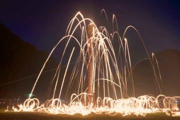 夜空を焦がすように燃え上がる松明(16日午後9時14分、京都市左京区花背八桝町)