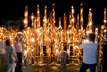 優しい光で今治市中心部を照らす竹灯籠=16日午後7時40分ごろ、同市常盤町4丁目