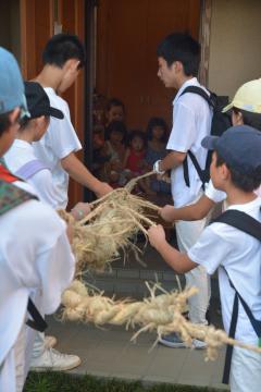 集落内の家々を巡り盆綱に乗せた先祖の霊を送り届ける子どもたち=小美玉市下馬場