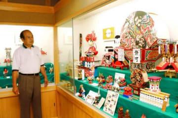 弘前扇ねぷたの模型(右上)など祭りや年中行事の玩具が並ぶ会場