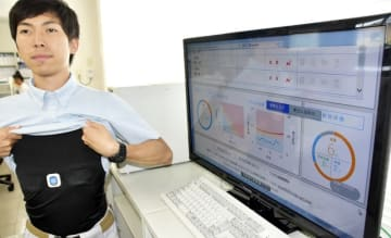 シャツに埋め込まれたセンサーで測定した作業員の脈拍や体温をリアルタイムで監視するモニター=福井県福井市石盛町の伊藤電機設備