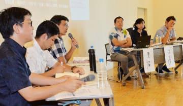 県民投票を取材した新聞記者らを交え討論したシンポジウム=17日、那覇市おもろまち