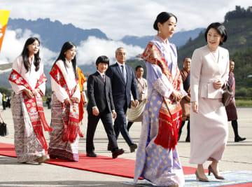 ブータンに到着された秋篠宮妃紀子さまと長男悠仁さま=17日、パロ(共同)