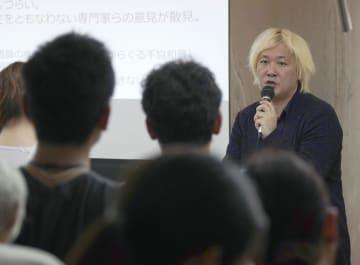 トークイベントに参加した「あいちトリエンナーレ2019」芸術監督の津田大介さん=17日午後、名古屋市