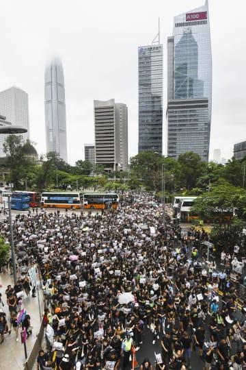 香港中心部で行われた教師らによるデモ行進=17日(共同)