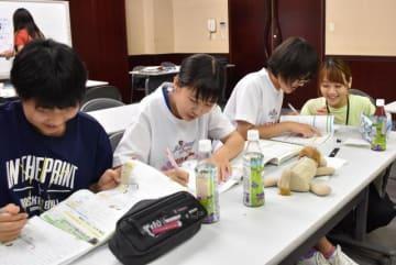 大学生に教わりながら勉強に励む中学生たち