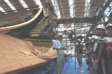 光浄院客殿の屋根の葺き替え作業を見学する参加者(大津市園城寺町)