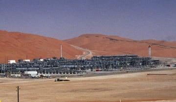 サウジアラビア・シェイバー油田内の天然ガス施設=2004年3月(AP=共同)
