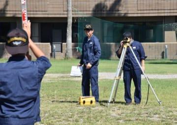 土木建設技術者を目指し測量の実習に取り組む隊員=宮崎市清武町、県建設技術センター