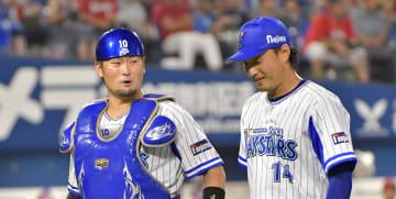 【横浜DeNA-広島】5回も無失点で抑え、ほっとした表情でベンチに戻る石田と戸柱のバッテリー=横浜