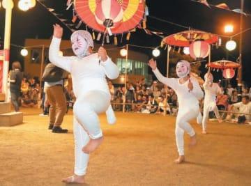 ユーモラスなキツネ踊りで来場者を楽しませる子どもたち=17日夜、姫島村の姫島港の中央会場