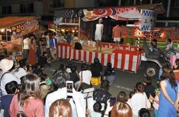 移動舞台で「にわか」を演じる「向上会」のメンバー=17日夜、高森町