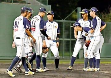 福井―新潟 4回のピンチにマウンドに集まる福井ナイン=8月17日、福井県福井市の福井フェニックススタジアム