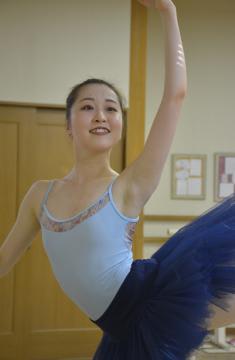 国際バレエコンクールに向けて練習に励む山本真央さん=水戸市浜田町
